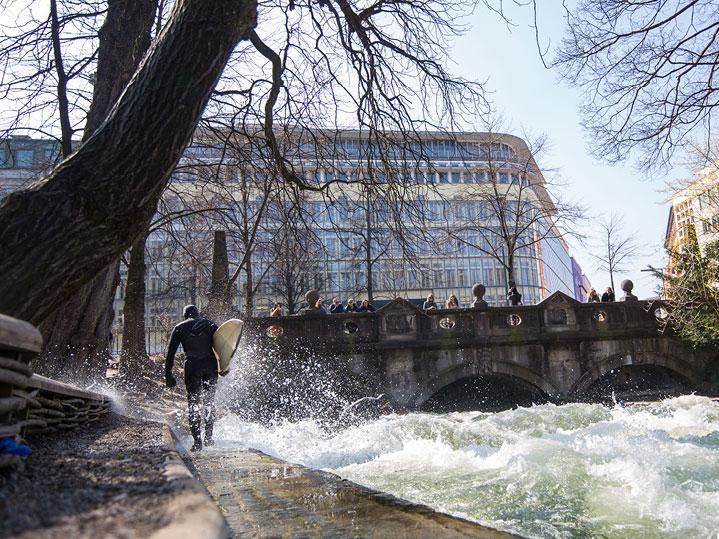 Eisbachwelle gegenüber der MANEUM Hausverwaltung GmbH
